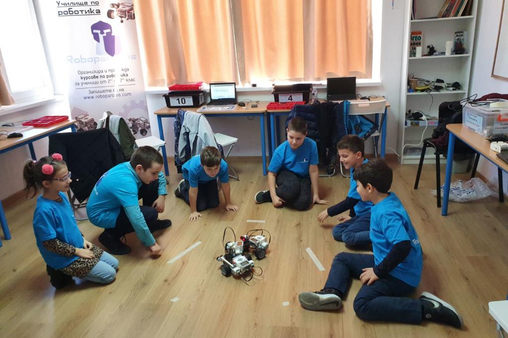 Ученици по роботика в залата