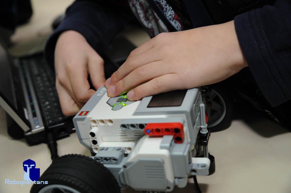 роботите имат електронни програмируеми елементи