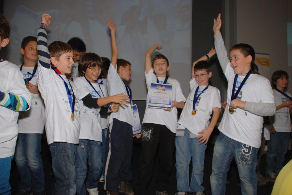 ученици се поздравяват след състезание по роботика