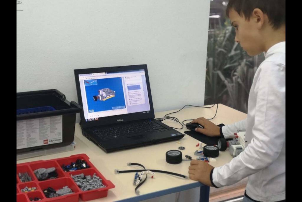 Учениците програмират роботите чрез аналитично мислене